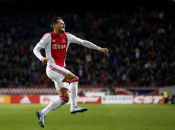 Nemanja Gudelj zweeft door de lucht nadat hij Ajax op een 1-0 voorsprong heeft gezet tegen FC Groningen. De Servische middenvelder scoort een vrije trap in de eerste helft. (26-09-2015)