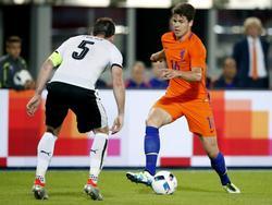 Met de bal aan de voet wil Marco van Ginkel (r.) de Oostenrijkse verdediger Christian Fuchs (l.) passeren. (04-05-2016)