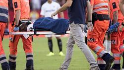 Amadou abandona el terreno de juego en camilla. (Foto: Imago)