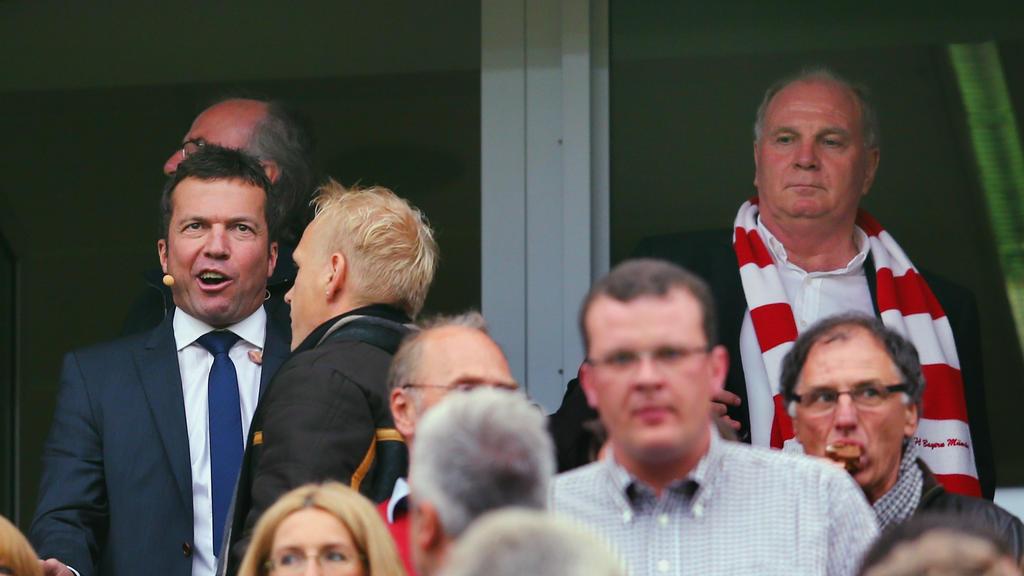 Lothar Matthäus (l.) rät Bayern-Boss Uli Hoeneß (r.), sich aus etwas zurückzuhalten