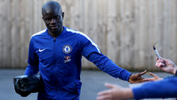 Kanté se acerca a algunos aficionados del Chelsea.