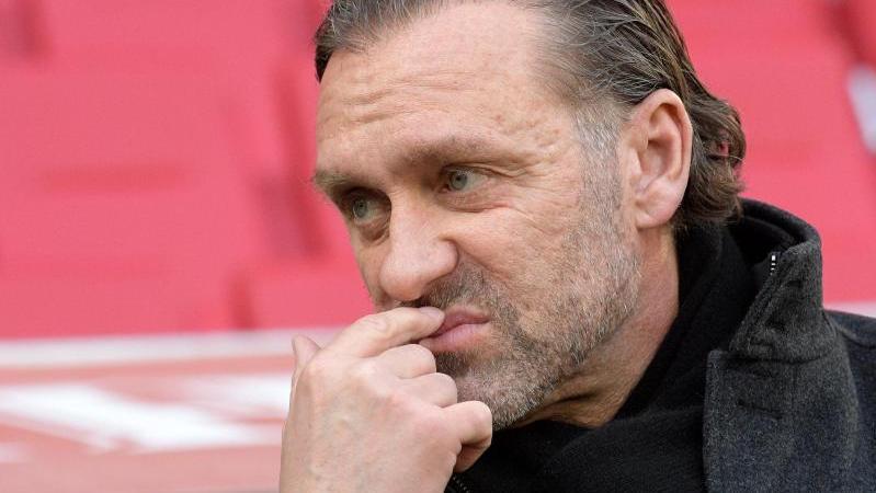 Thomas Doll hat sich nach der Niederlage seiner Mannschaft in Augsburg einen Disput mit Schiedsrichter Gräfe geliefert. Foto: S. Puchner