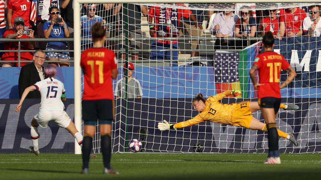 Megan Rapinoe (l.) traf zweimal vom Punkt gegen Spanien