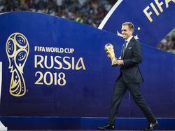 Lahm entrega el trofeo que acredita a Francia como campeona.