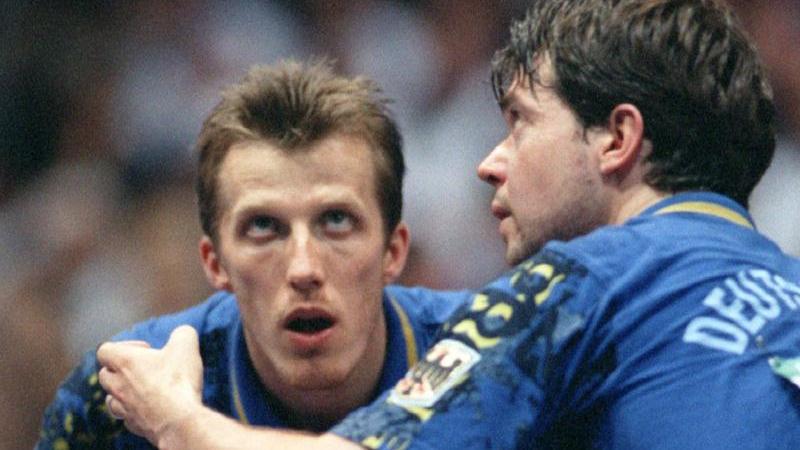 Bildeten ein erfolgreiches Doppel: Steffen Fetzner (r.) schlägt 1989 neben Jörg Roßkopf auf
