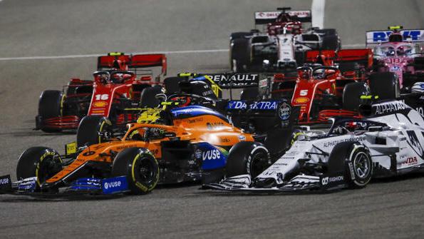 Sebastian Vettel ist nicht glücklich, dass Charles Leclerc (hinten links) innen reinsticht