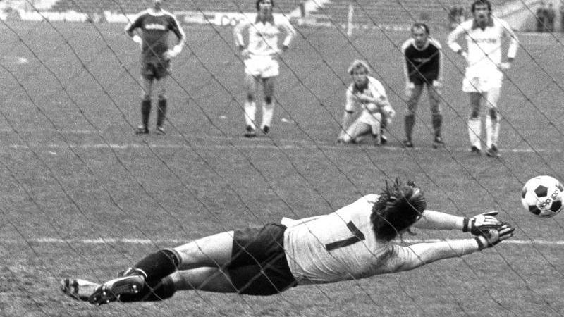 Wusste, wie man Elfmeter hält: Dieter Burdenski (vorn) hier von Franz Beckenbauer (l) beim Spiel Bayern München gegen Bayern München im Jahr 1977