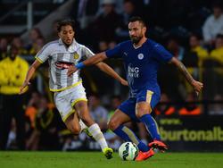 Nasser El Khayati (l.) van Burton Albion in duel met Marcin Wasilewski van Leicester City. Wasilewski is in de oefenwedstrijd de Nederlander te snel af. (28-07-2015)