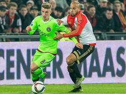 Karim El Ahmadi (r.) probeert Daley Sinkgraven (l.) bij te houden tijdens de bekerkraker tussen Feyenoord en Ajax. Daar heeft de middenvelder van de Rotterdammers een overtreding voor nodig. (28-10-2015)