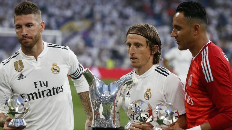 Luka Modric (m.) zwischen seinen Real-Kollegen Sergio Ramos (l.) und Keylor Navas