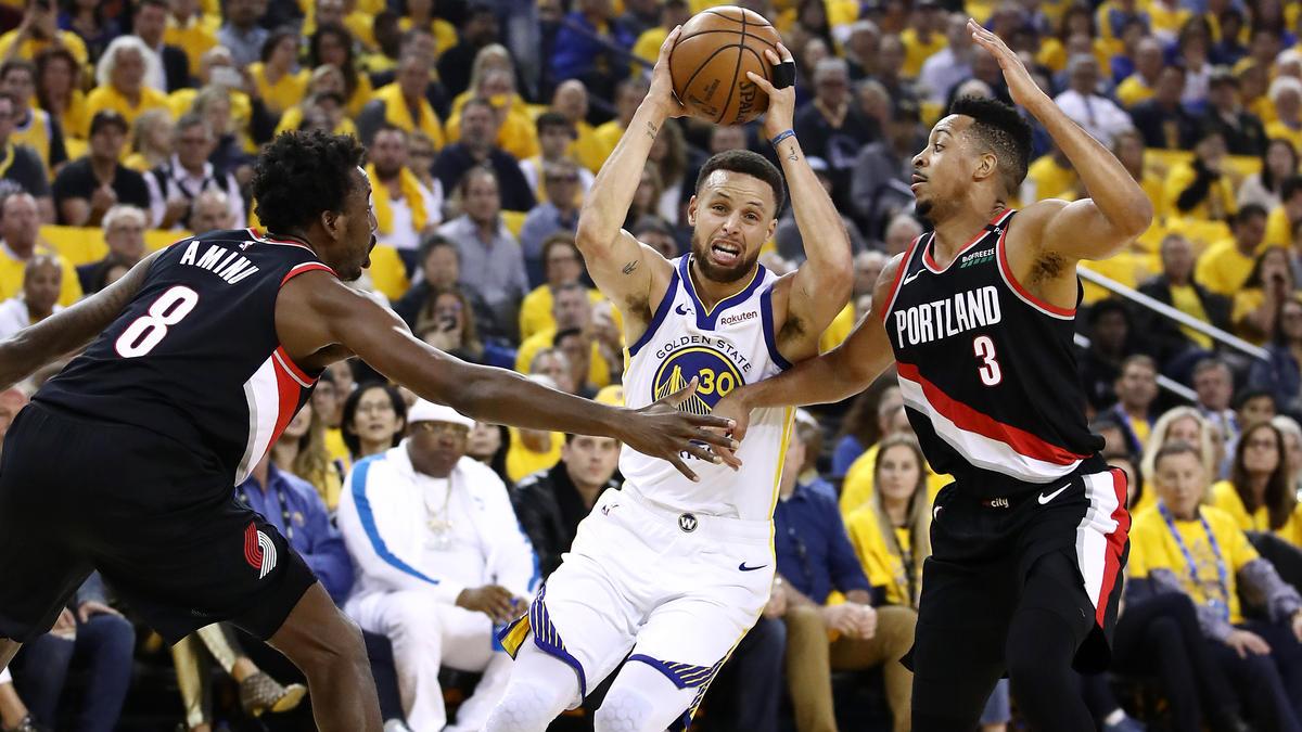 Stephen Curry (M.) von den Golden State Warriors überzeugte gegen Portland