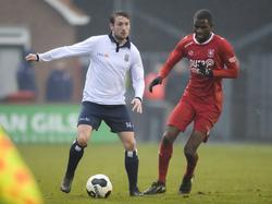 Jacob Noordmans (l.) is tijdens Jong FC Twente - Koninklijke HFC niet onder de indruk van de aanwezigheid van Brem Soumaoro (r.). (10-12-2016)