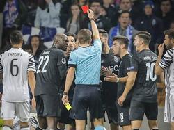 Alex Telles (niet zichtbaar op de foto) ontvangt binnen één minuut zijn tweede gele kaart en kan vertrekken. (22-02-2017)