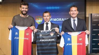 Piqué (izq.) posa con la camiseta del Andorra.