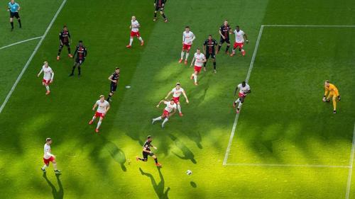 In der Bundesliga muss die Situation von mehr als 100 Profis geklärt werden