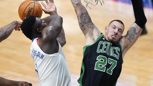 NBA-Star Daniel Theis (r.) verlor mit den Boston Celtics