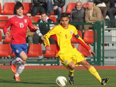 Cristian Manea (r.) hier in actie met Roemenië -17. Zijn tegenstander is Luka Jović (l.). (25-2-2014)