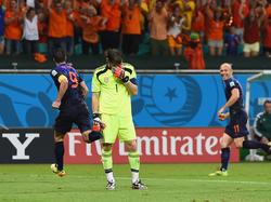 Freud und Leid: Während Iker Casillas im Boden versinken möchte, feiert Oranje