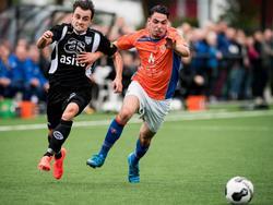 Daryl van Mieghem snelt langs een speler van Oranje Nassau tijdens het oefenduel van Heracles Almelo. (05-07-2016)
