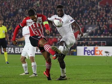 Hapoel Be'er Sheva-speler John Ogu (r.) blokt het schot van Virgil van Dijk (l.) tijdens het Europa League-duel. (08-12-2016)