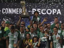 Los colombianos disfrutan con el trofeo conseguido. (Foto: Imago)
