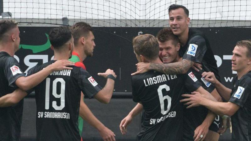 Sandhausens Spieler jubeln nach dem 2:0 in Heidenheim