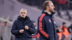 José Mourinho (l.) hat die Arbeit von Hansi Flick beim FC Bayern mit einem Augenzwinkern gewürdigt