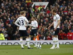 Christian Eriksen (l.) en Harry Kane (r.) balen omdat ze alweer moeten aftrappen tijdens Manchester United - Tottenham Hotspur. (15-03-2015).
