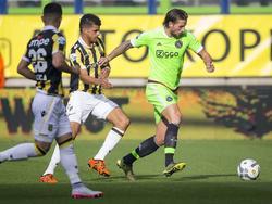 Mitchell Dijks ontdoet zich van Vitesse-aanvaller Dominic Solanke, die de snelle verdediger van Ajax niet kan bij houden. Milot Rashica kijkt toe. (25-10-2015)