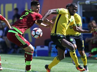 Wilker intenta robar la pelota a un delantero jamaicano en la Copa Centenario. (Foto: Getty)