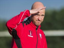 FC Utrecht-trainer Erik ten Hag kijkt tegen de zon in tijdens het oefenduel Lierse SK - FC Utrecht (12-07-2016).