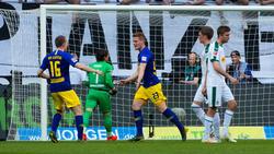Marcel Halstenberg (M.) traf zweimal im Auswärtsspiel in Gladbach