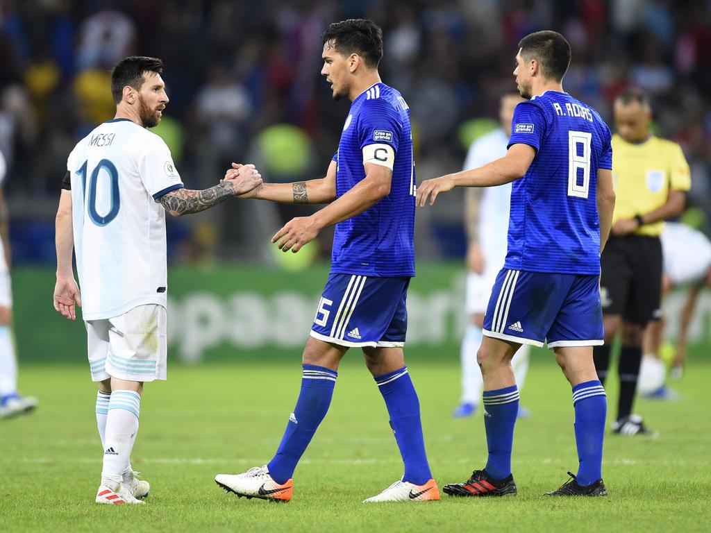 Messi saluda a los paraguayos tras el encuentro.