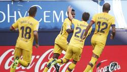 Anssumane Fati (M.) wird von den Barca-Stars geherzt