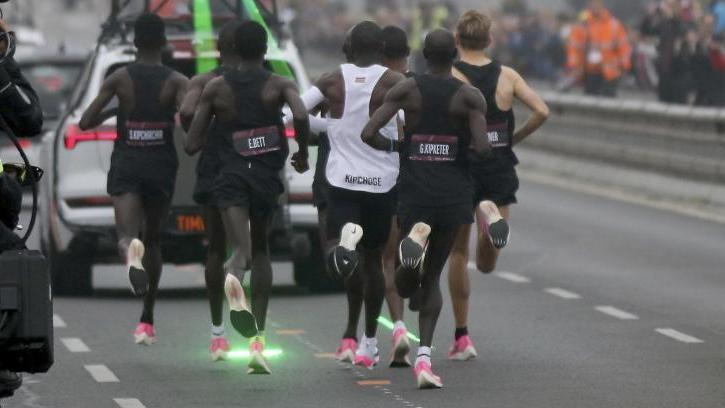 Eliud Kipchoge auf dem Weg zu seiner Marathon-Fabelzeit in Wien
