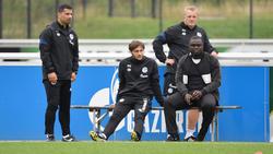 Der FC Schalke 04 hat mit Gerald Asamoah und Mike Büskens (rechte Seite) verlängert