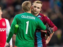 Hidde Jurjus (r.) krijgt een knuffel van Jasper Cillessen (l.) na afloop van het competitieduel Ajax - De Graafschap. (20-12-2015)