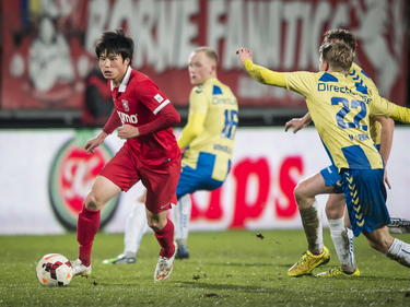Ryo Miyaichi ontdoet zich tijdens Jong FC Twente - RKC Waalwijk van zijn directe tegenstander. (02-02-2015).