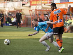 Melvin Platje (l.) draait behendig weg bij Sofian Akouili (r.) tijdens FC Volendam - VVV-Venlo. (01-05-2015)