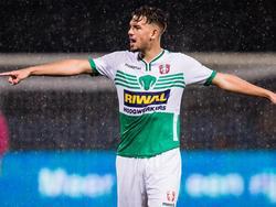Verdediger Matthew Steenvoorden probeert zijn ploeggenoten van FC Dordrecht neer te zetten tijdens het competitieduel met VVV-Venlo. (18-09-2015)