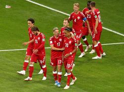 Yussuf Poulsen es felicitado por sus compañeros tras el gol. (Foto: Getty)