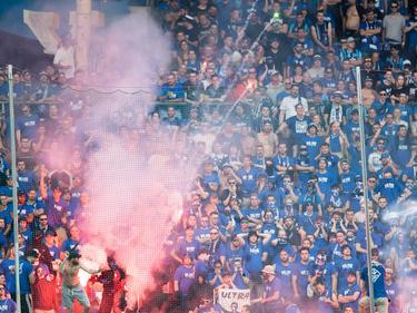 Während des Relegationsspiel zwischen der SVWaldhof Mannheim und dem KFCUerdingen brannte Pyrotechnik auf den Rängen