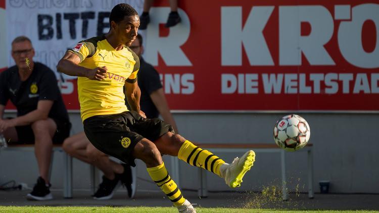 Abdou Diallo saca un centro con el BVB.