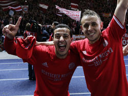 Rafinha celebra el título de la Bundesliga junto a Thiago. (Foto: Getty)