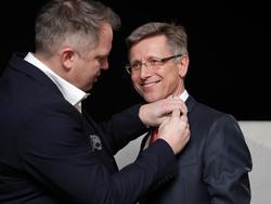 Am 10. Jänner wurde aus dem SKN der spusu SKN (Blumauer überreicht Schwarzl das Logo)