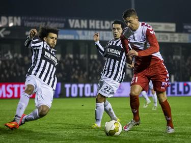Met een sliding probeert Mehmet Dingil (l.) te voorkomen dat Kristoffer Peterson (r.) de bal voor het doel brengt tijdens het bekerduel tussen Achilles '29 en FC Utrecht. (16-12-2015)