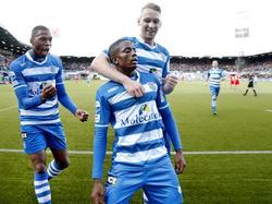 PEC-Zwolle speler Queensy Menig (m.) scoort zijn eerste doelpunt in de Eredivisie. Deze 1-0 tegen AZ wordt met grote vreugde ontvangen door zijn medespelers Stef Nijland (r.) en Kingsley Ehizibue (l.). (13-12-2015)