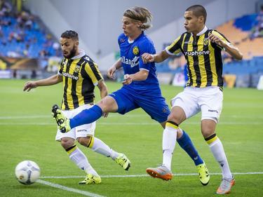 Roda JC-back Henk Dijkhuizen (m.) probeert te voorkomen dat Vitesse-speler Rochdi Achenteh (l.) de bal naar voren schiet, maar daar slaagt hij mede door het afschermen van Kevin Diks (r.) niet in. (14-08-2015)