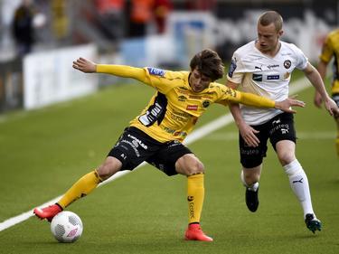 Arber Zeneli probeert namens Elfsborg de bal af te schermen tijdens het duel met Orebro. (31-05-2015)