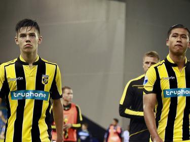Mitchell van Bergen (l.) en Yuning Zhang (r.) balen van de 1-2 nederlaag van Vitesse tegen ADO Den Haag. (13-08-2016)